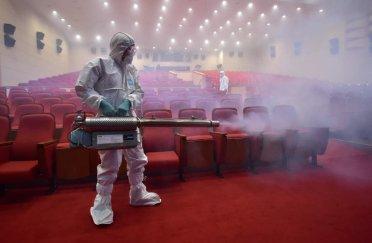 Théâtre désinfecté à Séoul (juin 2015), contre l'épidémie de MERS